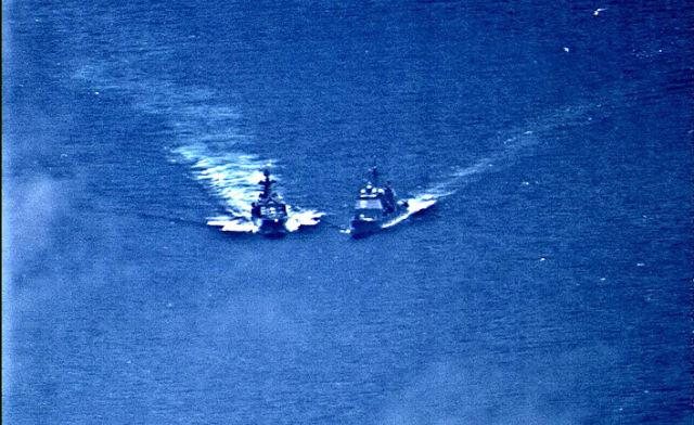 """Крейсер """"Чанселлорсвилл"""" военно-морских сил США и российский эсминец """"Адмирал Виноградов"""""""