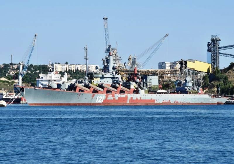 """Крейсер """"Москва"""" в Севастополе в ожидании модернизации."""