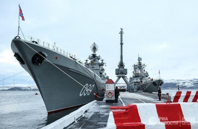 Крейсеры Петр Великий (слева) и Маршал Устинов