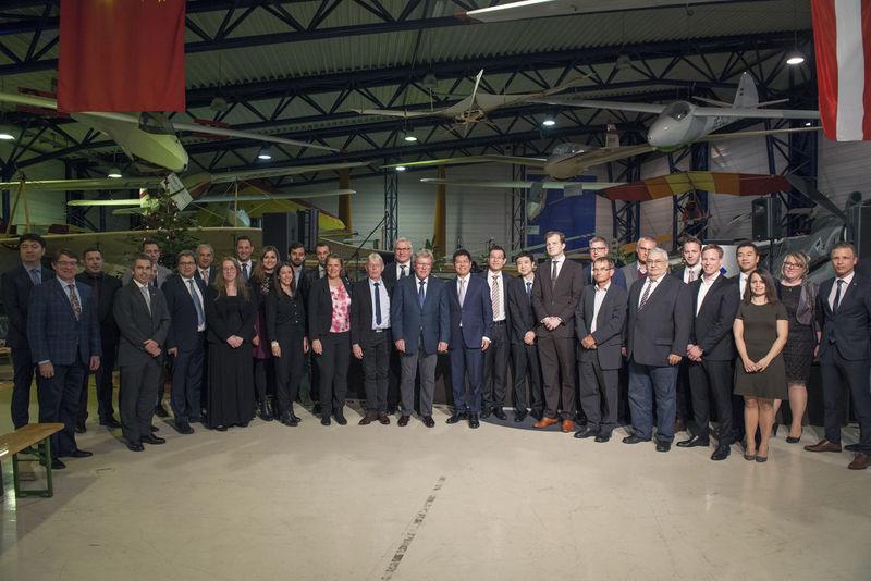 Прежний владелец и глава австрийской Diamond Aircraft Group Кристиан Дрис и ее новый китайский глава Бин Чен, президент китайской группы Wanfeng Auto Holding Group (в центре), 22.12.2017.