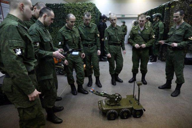 Военнослужащие ВС РФ осваивают робот КРММ-06.