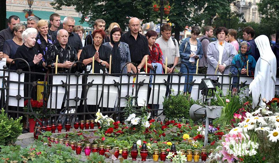Родственники погибших при крушении СУ-27 во время панихиды во Львове. 27 июля 2005.