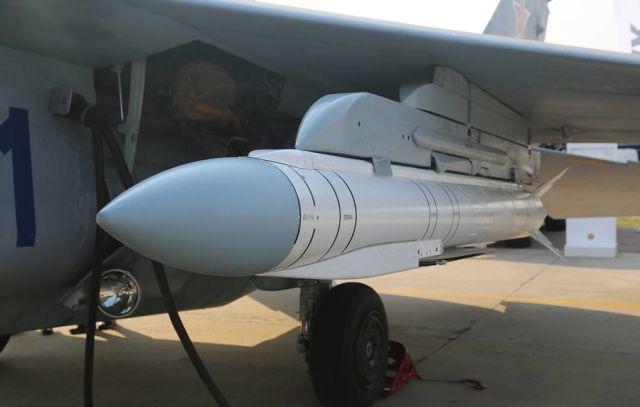 """Крылатая ракета """"Гром-Э1"""" под крылом истребителя МиГ-35"""