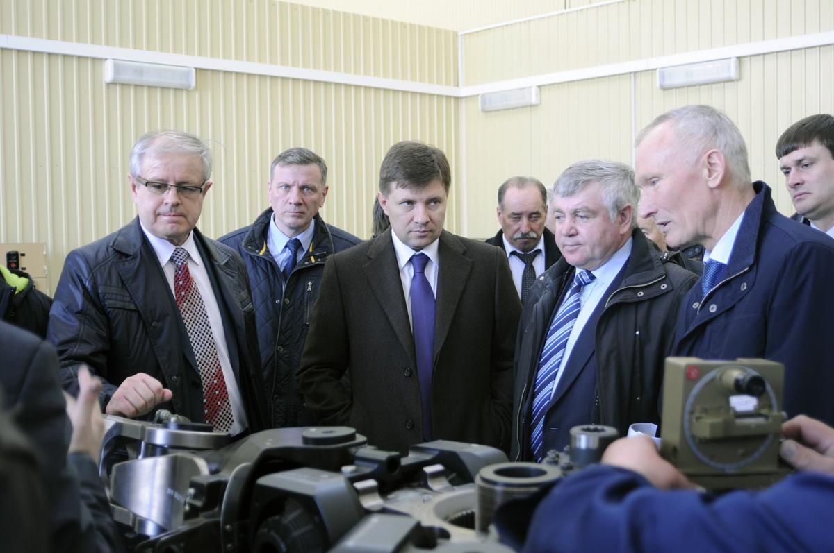 В центре - Заместитель министра промышленности и торговли России Андрей Богинский.