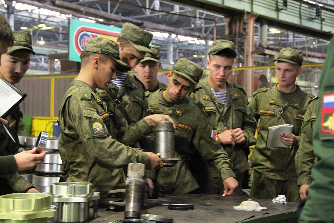 Будущие военные инженеры на механосборочном заводе КМЗ; в сборочно-сдаточном производстве Курганмашзавода.