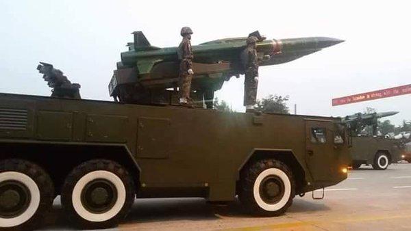 """Самоходные пусковые установки модернизированного зенитного ракетного комплекса """"Квадрат-М"""" белорусской разработки вооруженных сил Мьянмы. Март 2016 года."""