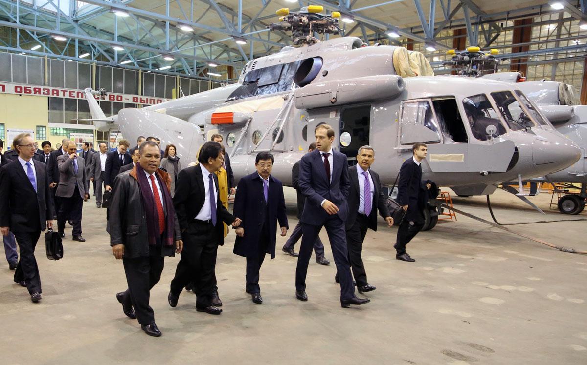 Министр промышленности и торговли России Денис Мантуров с делегацией Индонезии на Казанском вертолетном заводе.