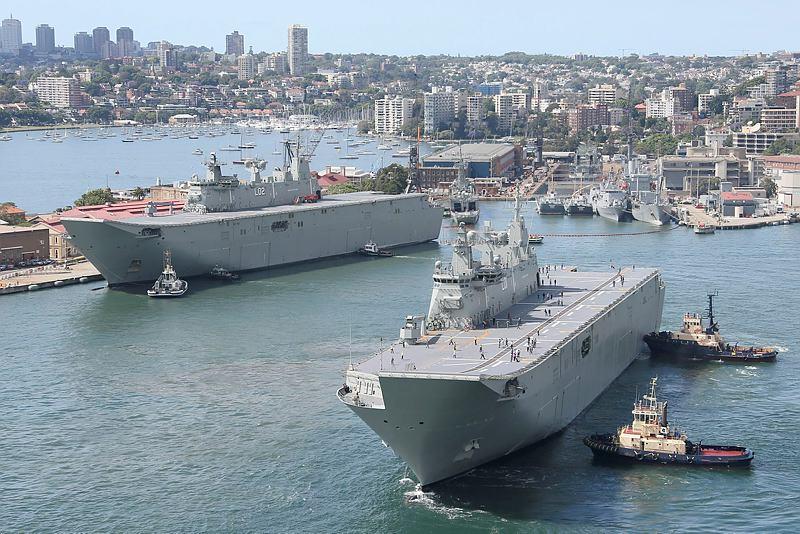 Универсальные десантные корабли L 01 Adelaide и L 02 Canberra ВМС АВстралии в Сиднее, 30.10.2015.