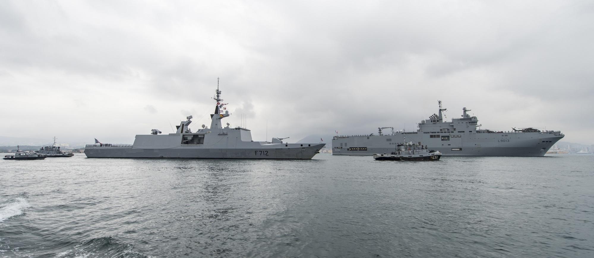 Французские универсальный десантный корабль L 9013 Mistral и фрегат F 712 Courbet (типа La Fayette) прибывают с дружественным визитом в Хошимин (Вьетнам), 15.04.2017.