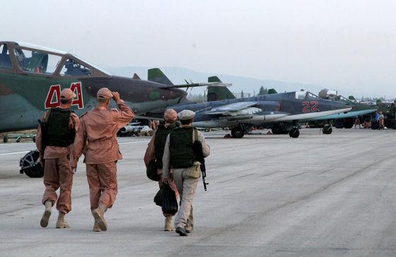 Персонал базы российских ВКС