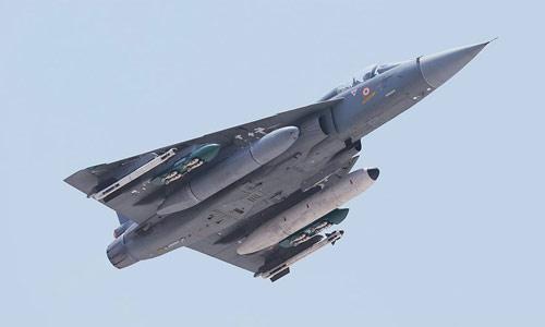 Истребитель LCA (Light Combat Aircraft) Tejas ограниченной серии LSP-3 (Limited Series Production), оснащенный обтекателем РЛС, выполненного из кварца (quartz radome) производства британской компании Cobham Composites.