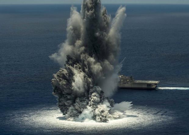 """Подрыв взрывного устройства недалеко от тримарана """"Джексон"""" типа """"Индепенденс""""."""