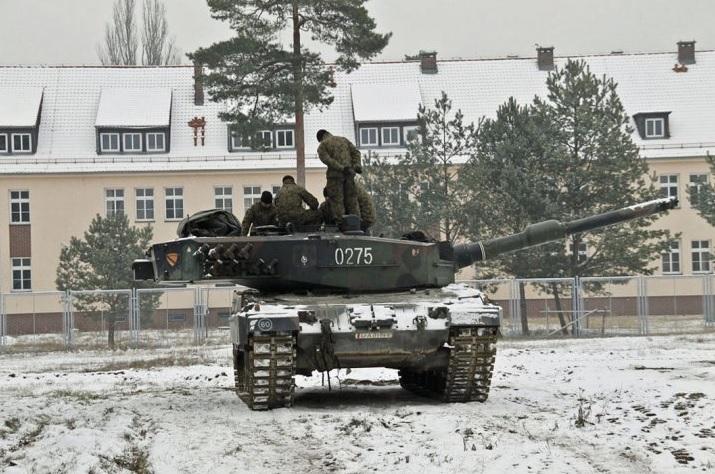 Личный состав 1-й Варшавской танковой бригады польской армии проводит занятия на одном из первых танков Leopard 2A4, поступивших в это соединение из состава польской 34-й бронекавалерийской бригады. Весола (Варшава), апрель 2017 года.