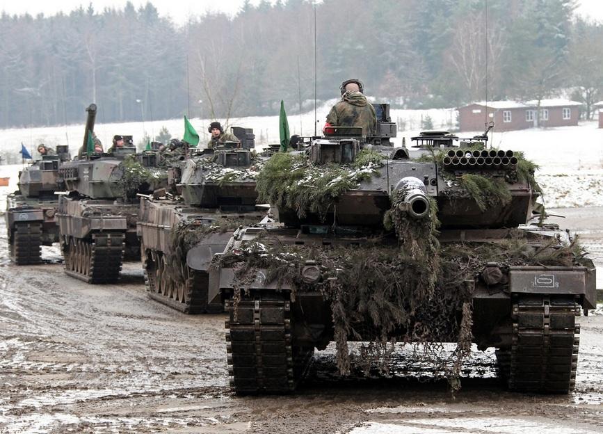 """Танки Leopard 2A6 из состава 104-го танкового батальона 12-й танковой бригады 10-й танковой дивизии германской армии на маневрах """"Grantiger Löwe 2015"""" на полигоне Берген-Хоне (Германия), 03.02.2015."""