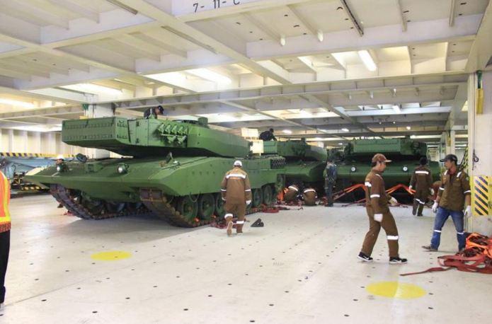 Завершающая партия модернизированных танков Leopard 2RI, поставленная Индонезии из Германии по соглашению 2012 года. Таджунг-Приок, 27.03.2017.