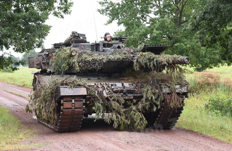 """Танк Leopard 2A6 из состава 393-го танкового батальона 37-й мотопехотной бригады 10-й танковой дивизии германского Бундесвера на учениях """"Thüringer Schwert 2017"""" в учебном центре в Альтмарке (Саксония), август 2017 года."""