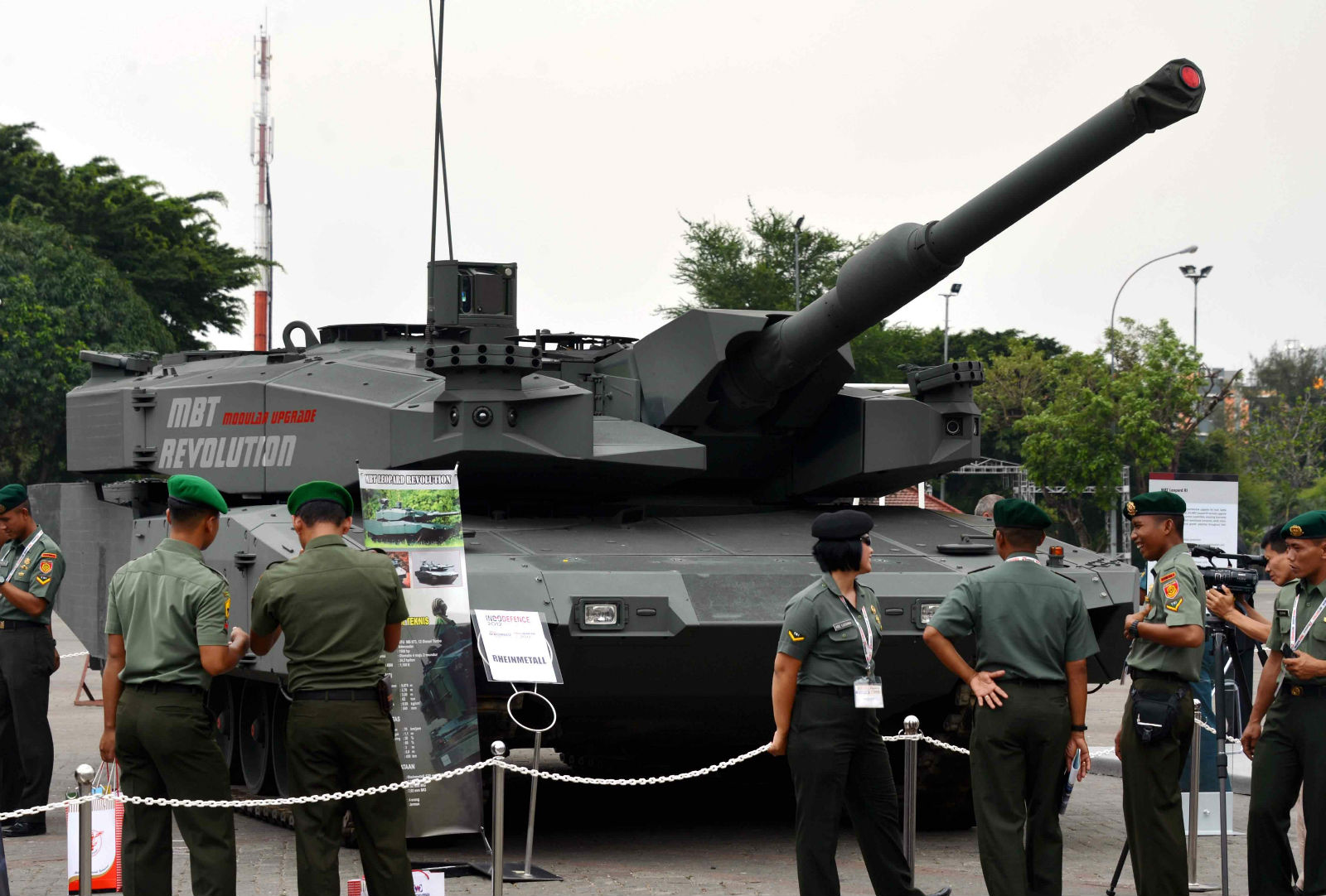 Индонезийские военные осматривают новейший вариант танка Leopard Revolution на выставке Indodefence Еxpo в Джакарте (Индонезия, 7 ноября 2012 г).