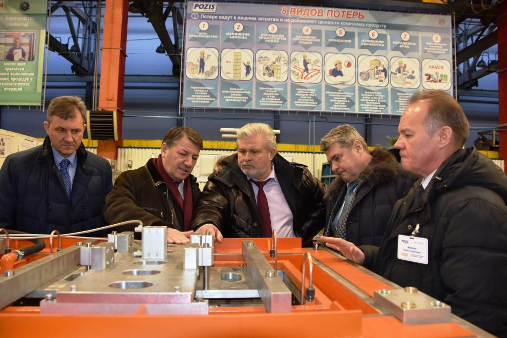 Генеральный директор Концерна «Техмаш» Владимир Лепин и генеральный директор АО «ПОЗиС» Радик Хасанов осматривают стенд.
