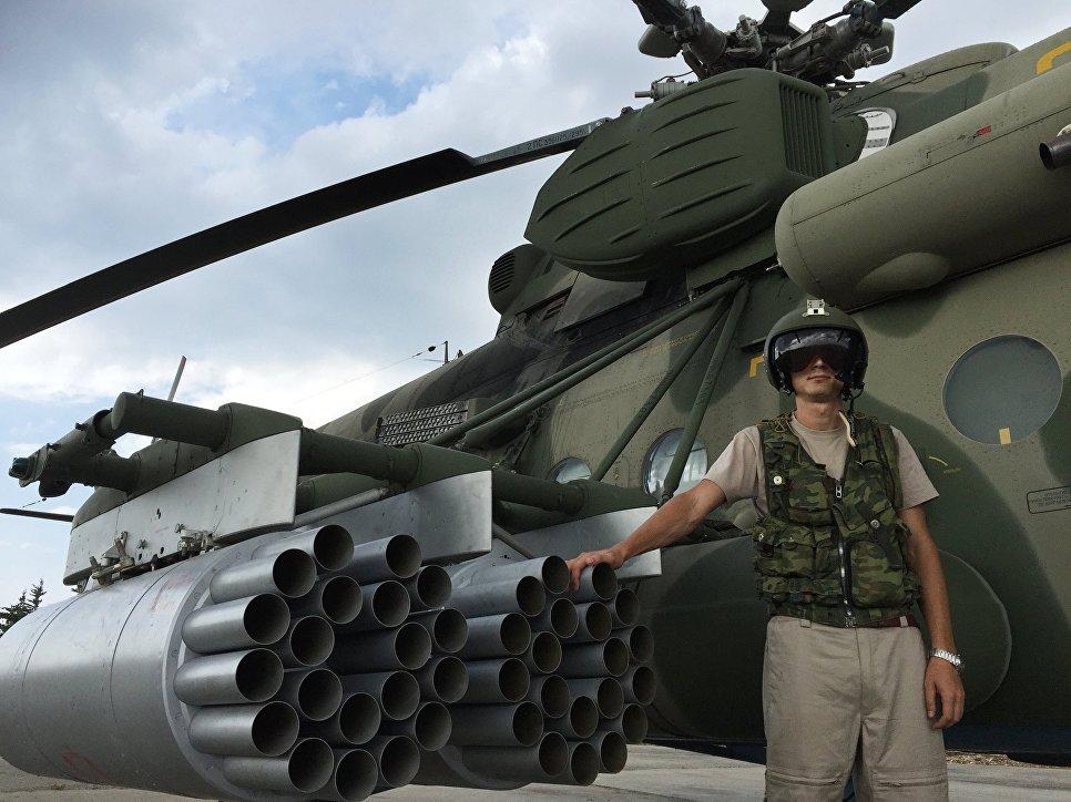 Летчик у российского транспортно-штурмового вертолета МИ-8АМШТ на аэродроме Хмеймим в Сирии<br><br><br>РИА Новости https://ria.ru/defense_safety/20180119/1512835693.html.