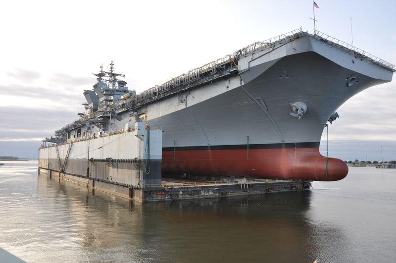 Cтроящийся для ВМС США на американском судостроительном предприятии Ingalls Shipbuilding корпорации Huntington Ingalls Industries универсальный десантный корабль LHA 7 Tripoli перед спуском на воду из спускового дока. Паскагула (штат Миссисипи), 01.05.2017.