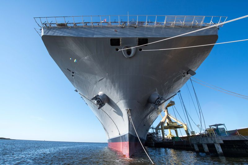 Cтроящийся для ВМС США на американском судостроительном предприятии Ingalls Shipbuilding корпорации Huntington Ingalls Industries универсальный десантный корабль LHA 7 Tripoli после спуска на воду. Паскагула (штат Миссисипи), 01.05.2017.