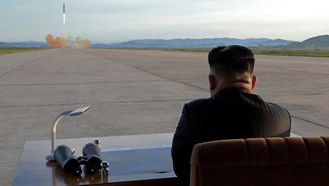 Лидер КНДР Ким Чен Ын наблюдает за запуском ракеты Хвасон-12. 16 сентября 2017.