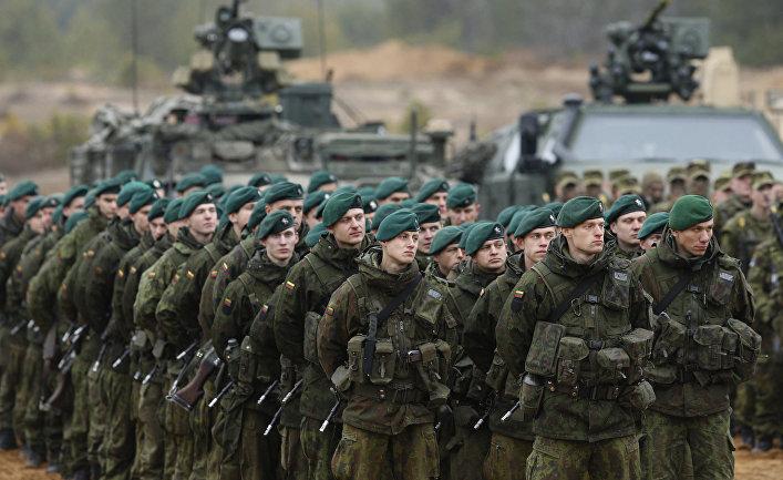 Литовские солдаты во время учений НАТО Iron Sword 2014 поблизости от Вильнюса.