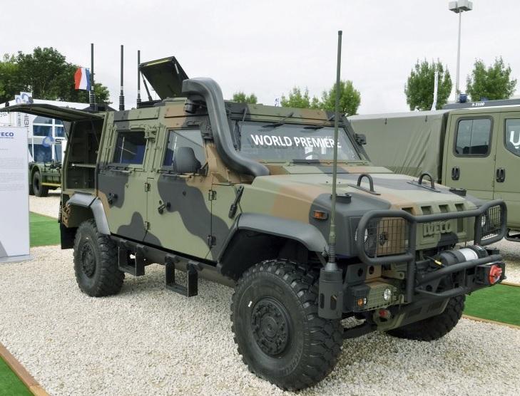 Опытный образец легкой бронированной машины Iveco LMV 2 в экспозиции выставки Eurosatory 2016 в Париже.