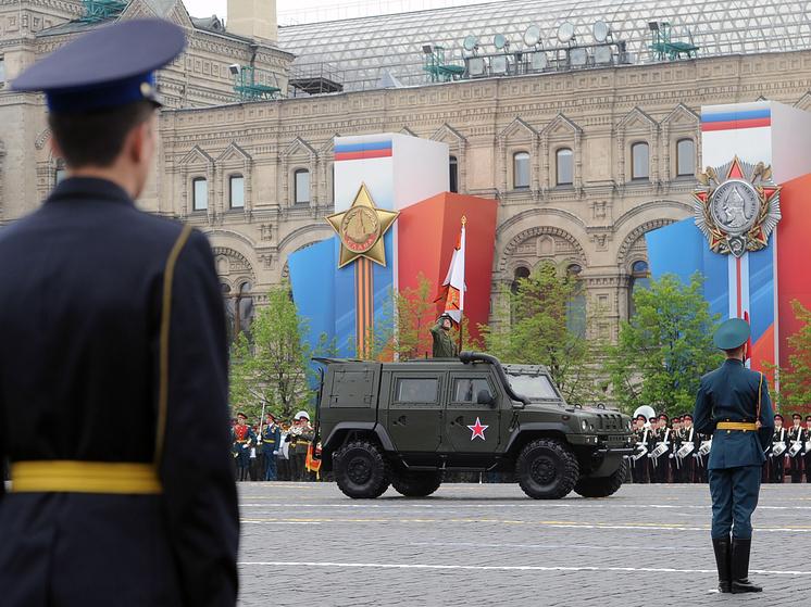 """Броневик """"Рысь"""" на военном параде на Красной площади в Москве."""