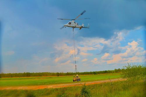 Автономные испытания беспилотного синхроптера K-Max в паре с колесным грузовым роботом SMSS (Squad Mission Support System).