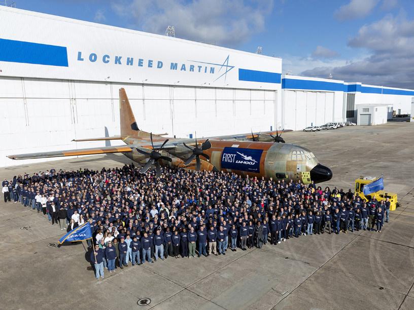 Выкаченный первый летный образец самолета Lockheed Martin LM-100J Super Hercules (Model L-382J) - коммерческой версии четырехдвигательного турбовинтового военно-транспортного самолета С-130J Super Hercules. Мариэтта (Джорджия), 09.02.2017.