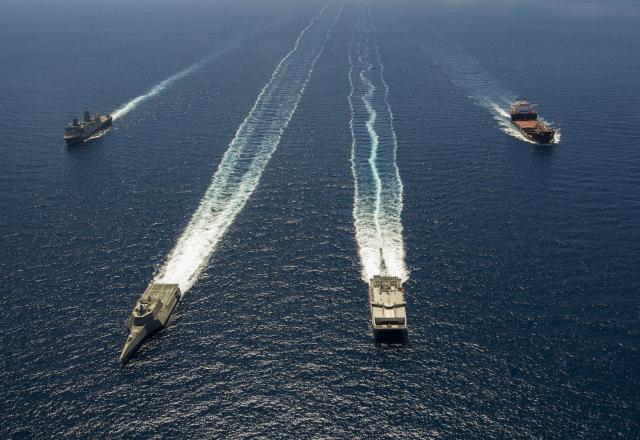 Корабли ВМС США LPD23, LCS4, JHSV3 и MLP1 в совместном развертывании во время учений RIMPAC-2014.