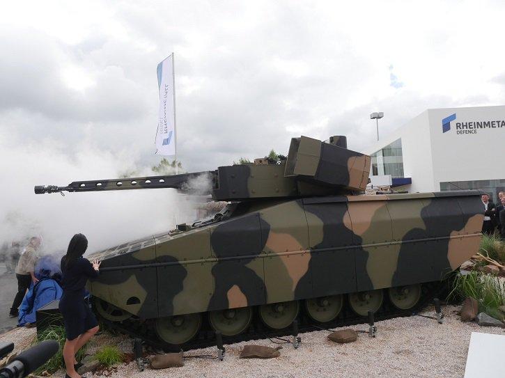 Презентация на выставке Eurosatory 2016 первого образца новой гусеничной боевой машины пехоты Rheinmetall Lynx в исполнении KF31.