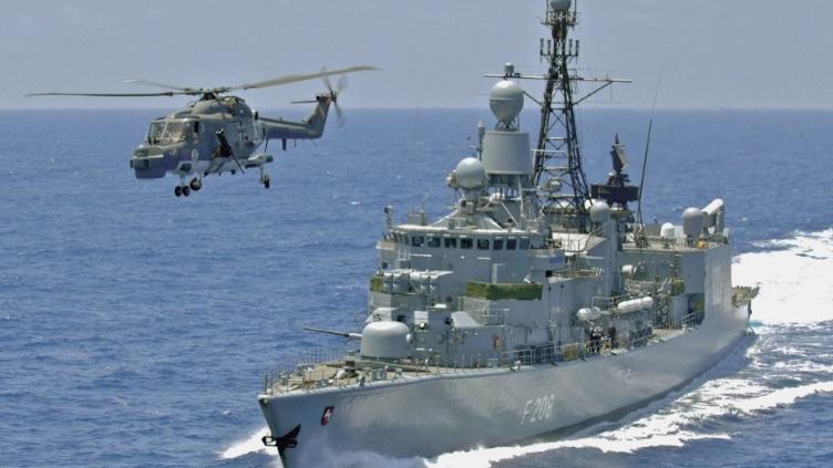Вертолет Lynx Mk 88A и фрегат Type 122 FGS Niedersachsen (класс F122 Bremen).