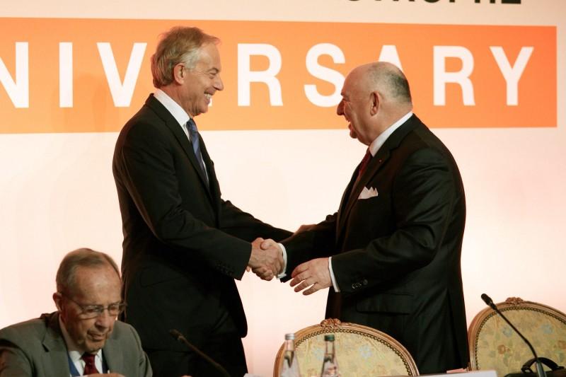 Бывший премьер-министр Великобритании Тони Блэр и президент Международного Люксембургского форума Вячеслав Кантор.