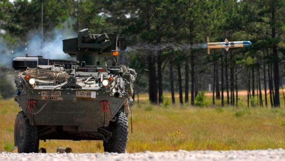 M1134 ATGM стреляет ракетой TOW