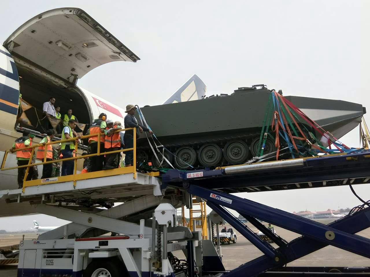 Выгрузка одного из пяти полученных индонезийской армией из Италии гусеничных амфибийных бронетранспортеров M113 Arisgator. На машине установлен только носовой поплавок. Джакарта, 02.09.2017.