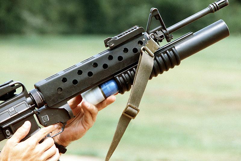 Гранатомет M203, установленный на винтовку M16.