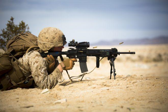 Американский морской пехотинец ведет огонь из автоматической винтовки М27 Infantry Automatic Rifle (Heckler & Koch HK416), 20.01.2015.