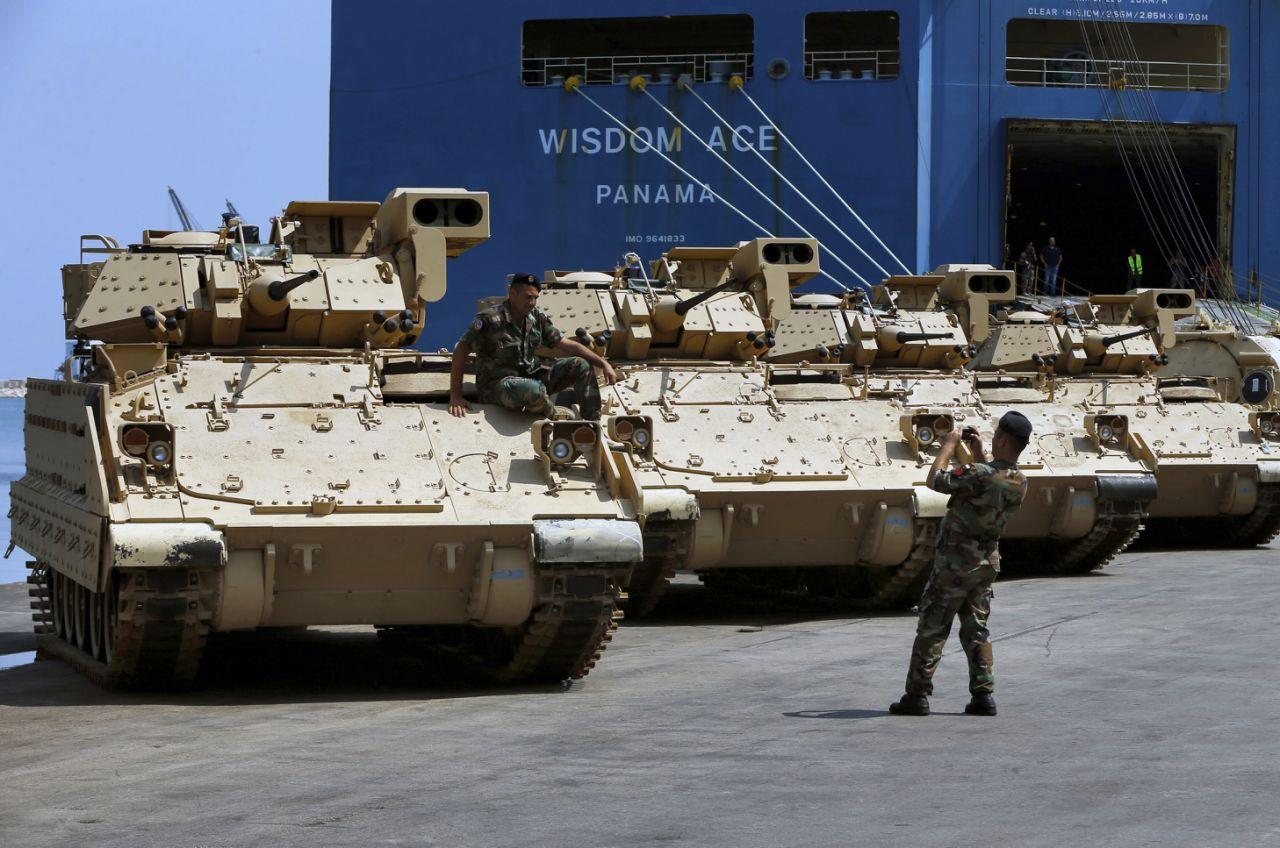 Первые восемь боевых машин пехоты M2А2 Bradley, переданных армии Ливана в порядке американской военной помощи. Бейрут, 14.08.2017.