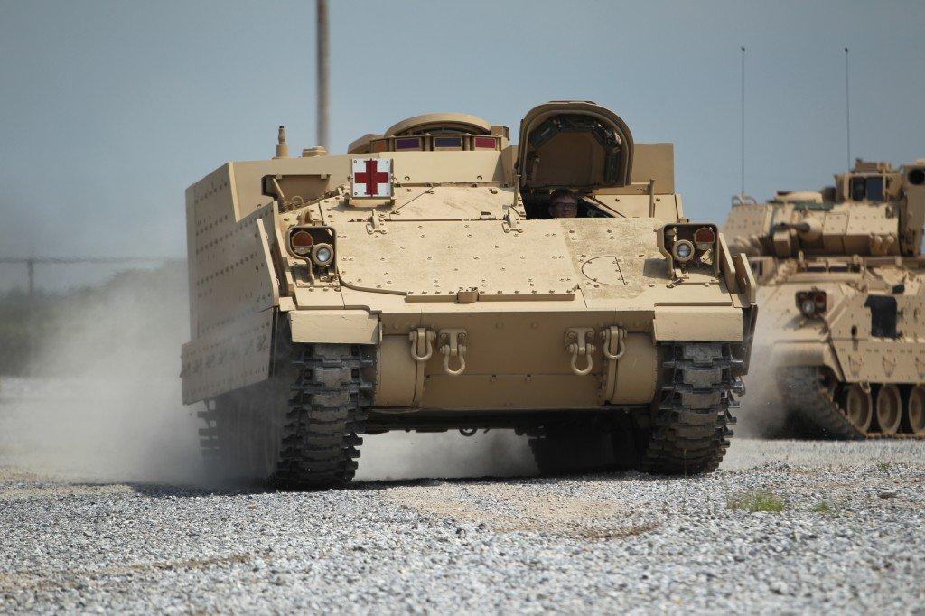 Опытный образец бронированной медицинской машины на основе БМП М2 Bradley в рамках предложения BAE Systems по программе армии США AMPV. На заднем плане БМП М2А3 Bradley.