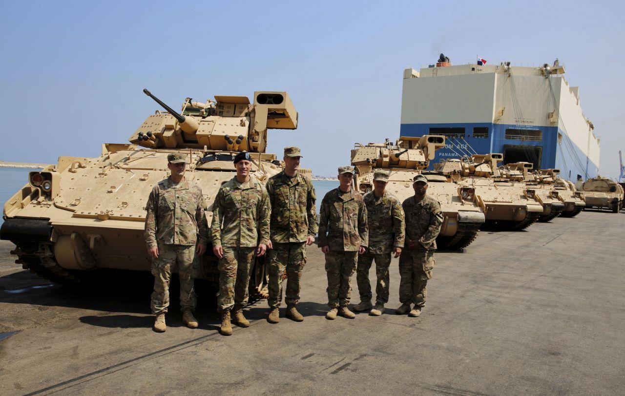 Первые восемь боевых машин пехоты M2А2 Bradley, переданных армии Ливана в порядке американской военной помощи. На заднем плане видны также первые четыре переданные Ливану бронированные машины транспортировки артиллерийских боеприпасов М992. Бейрут, 14.08.2017.