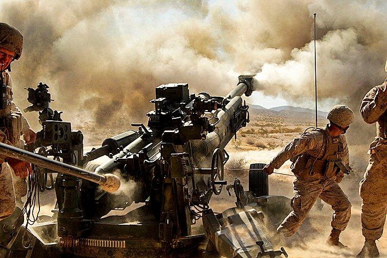 Морские пехотинцы ведут огонь из гаубицы M777 A2 в ходе серии комплексных учений Quakenbush Combat Center на полигоне в Twentynine Palms, Калифорния 26-го апреля 2013-го года.