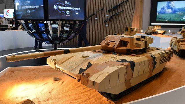 """Макет танка Т-14 """"Армата"""" на стенде """"Рособоронэкспорта"""" выставки оборонной промышленности IDEX-2021 в Абу-Даби"""