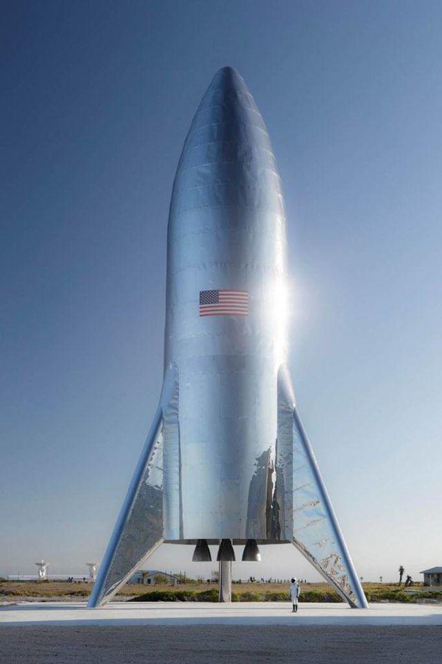 """Макет межпланетного космического корабля """"Starship"""" на стартовой площадке в Техасе вскоре после установки"""