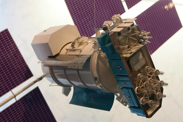 """Макет современного навигационного космического аппарата """"Глонасс-М"""""""