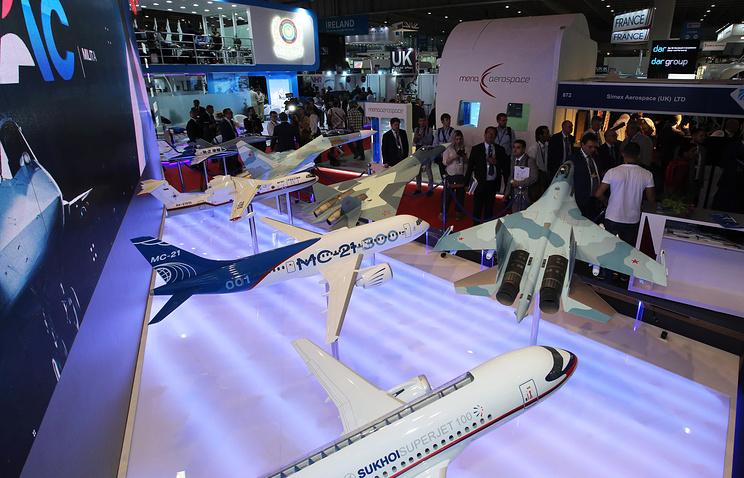 Макеты пассажирских самолетов Sukhoi Superjet 100 и МС-21-300 на российском стенде на международной авиационно-космической выставке Dubai Airshow.