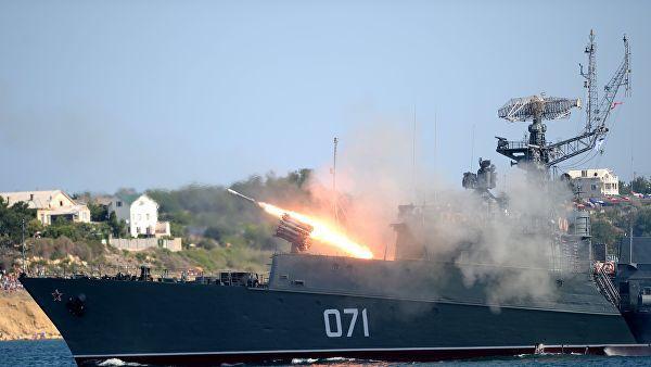 """Малый противолодочный корабль МПК-118 (""""Суздалец"""") во время празднования Дня Военно-морского флота России в Севастополе."""