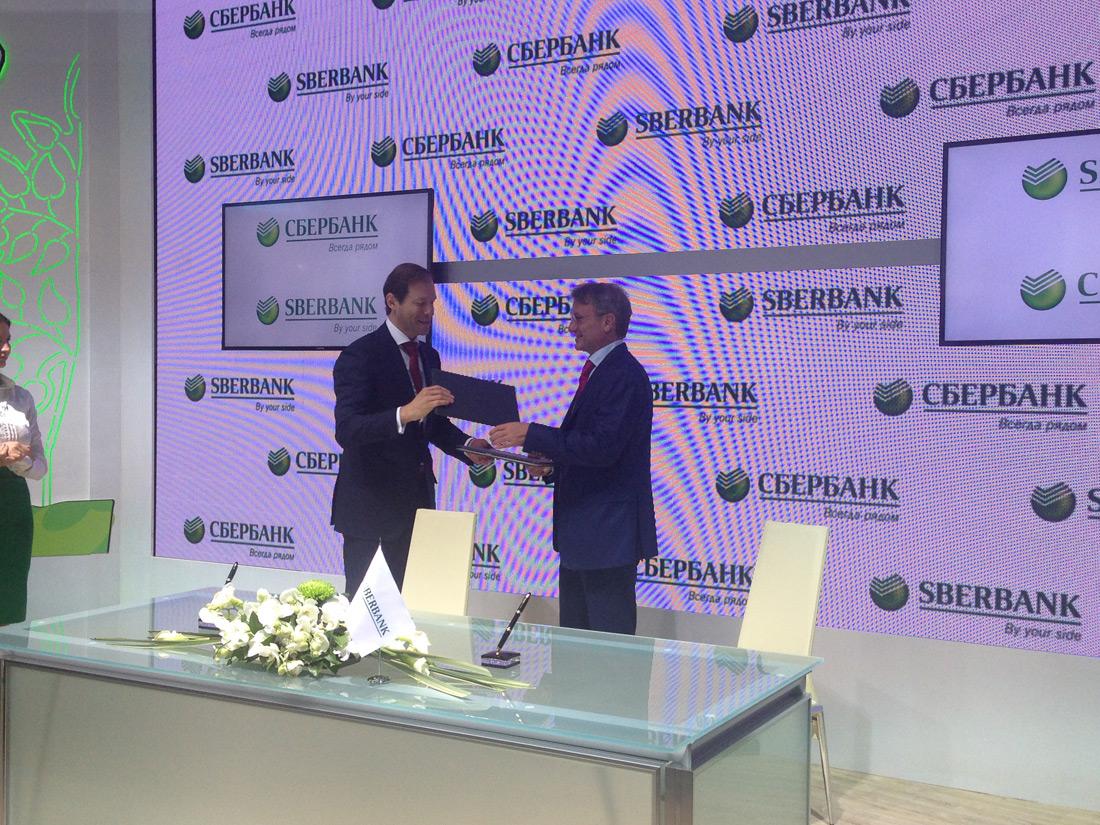 Министр промышленности и торговли Денис Мантуров и президент, председатель правления Сбербанка Герман Греф.