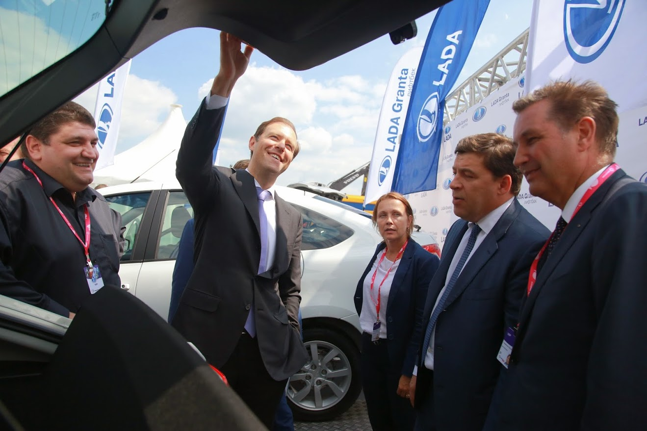 Денис Мантуров осматривает внешний вид, интерьер и багажник новой модели Lada Granta Liftback.